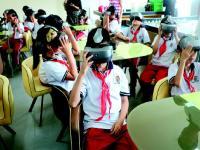 体验课开课 学生戴上VR眼镜学习火灾逃生