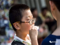 小学生眼镜度数攀升 学业和眼睛不是